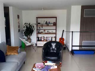 Una sala de estar llena de muebles y un gato en Apartamento en venta en Loma de Las Brujas, 94mtcon balcon