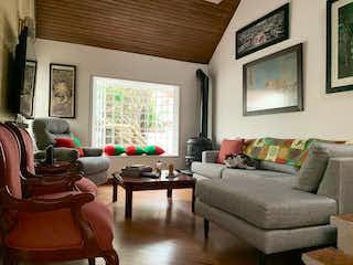 Una sala de estar llena de muebles y una ventana en Casa en Venta SANTA HELENA DE BAVIERA IV SECTOR