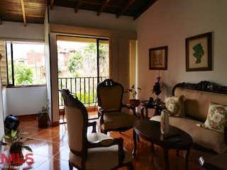 Una sala de estar llena de muebles y una gran ventana en Condado de Avila