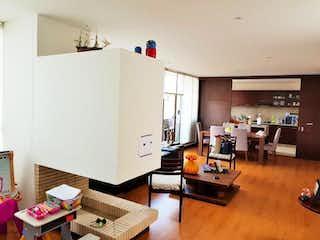 Una sala de estar llena de muebles y una mesa de madera en Apartamento en venta en La Conejera, de 144mtrs2