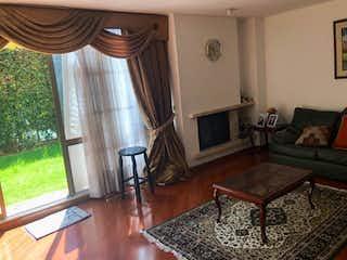 Una sala de estar llena de muebles y una chimenea en Casa en Bogota Del Monte lll - con cinco niveles