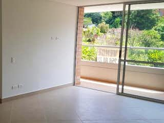 Un refrigerador congelador blanco sentado dentro de una cocina en Se Vende Apartamento en Camino Verde, Envigado
