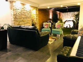 Una sala de estar llena de muebles y una chimenea en VENTA HERMOSA CASA EN LA ESTRELLA SURAMÉRICA