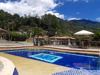 Una vista de un patio con piscina en SE VENDE HERMOSA FINCA EN LA ESTRELLA