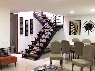 Una sala de estar llena de muebles y una gran ventana en Casa en venta en San Lucas, 211mt de dos niveles