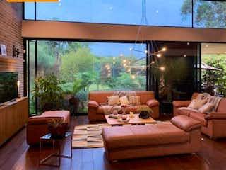 Una sala de estar llena de muebles y una gran ventana en Casa en venta en Llanogrande, 1570mt