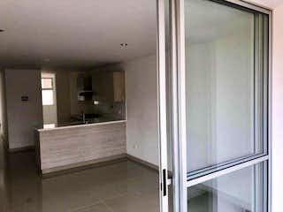 Un cuarto de baño con una puerta de ducha de cristal en Apartamento en venta en El Dorado, 91m² con Balcón...