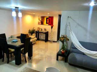 Una sala de estar llena de muebles y una mesa en Apartamento en venta en Loma de Cumbres, 78mt con balcon