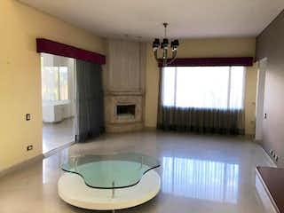 Un cuarto de baño con lavabo y bañera en Casa campestre en venta en Loma del Escobero, 380mt de dos niveles