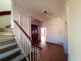 Una habitación que tiene un suelo de madera y algunas escaleras en Casa En Venta En Bogotá La Soledad-Teusaquillo