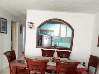 Una sala de estar llena de muebles y una ventana en Apartamento en venta en Suba Compartir de tres habitaciones