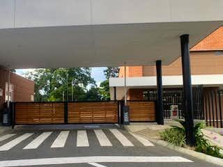 Un banco de madera sentado delante de un edificio en Apartamento en venta en Suramérica de 74m² con Gimnasio...