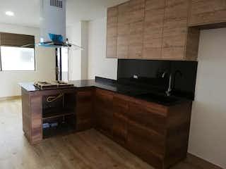Una cocina con suelos de madera y armarios de madera en Apartamento en venta en Parque/Centro de 56m²