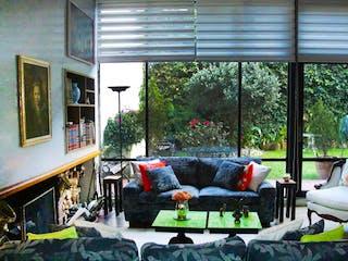 Una sala de estar llena de muebles y una ventana en Casa en venta en El Retiro de 4 alcoba