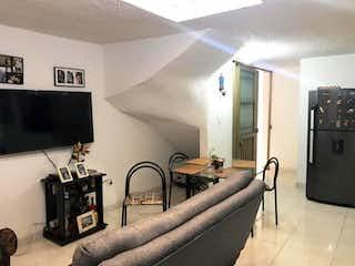 Una sala de estar llena de muebles y una televisión de pantalla plana en Casa En Venta En Bogota Batavia-4 alcobas