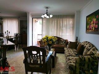 Una sala de estar llena de muebles y una ventana en El Almendral