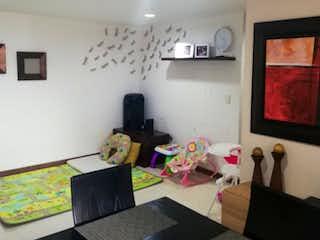 Una sala de estar llena de muebles y una televisión de pantalla plana en Apartamento en venta en Loma de los Bernal de tres alcobas