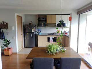 Una cocina que tiene una planta en maceta en el mostrador en Apartamento venta sabaneta, Antioquia