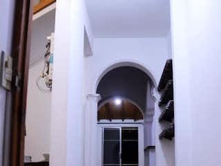 Una vista de un pasillo con una puerta abierta en Se Vende Apartamento en La Estrella