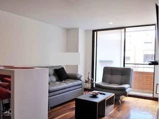 Una sala de estar llena de muebles y una televisión de pantalla plana en Apartamento en venta en La Calleja de una habitacion