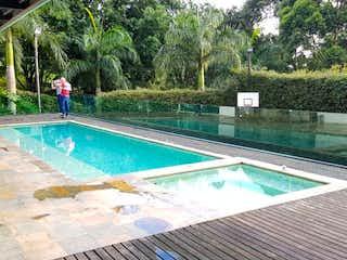 Un hombre está de pie en una piscina en Casa en venta en Las Palmas de 5 habitaciones