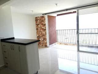 Una cocina con una ventana y un fregadero en Apartamento en venta en Santa María de tres habitaciones