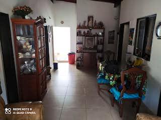 Una sala de estar llena de muebles y una chimenea en Casa en venta en Santa Lucía de 92mts