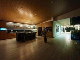 Una gran habitación con suelos de madera y un montón de muebles en Casa en venta en El Tablazo con acceso a Zonas húmedas