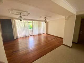 Una sala de estar con suelos de madera dura y un ventilador de techo en Apartamento en Venta La Tomatera