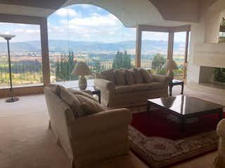 Una sala de estar llena de muebles y una gran ventana en Casa En Chia, Yerbabuena, Cuatro alcobas-1000m2