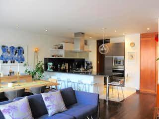 Una sala de estar llena de muebles y una televisión de pantalla plana en Apartamento en Bogota Chico Reservado, cuenta con una alcoba y dos baños.