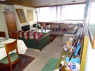 Una sala de estar llena de muebles y decoración en Apartamento En Bogota Chicó Norte - ideal para remodelar