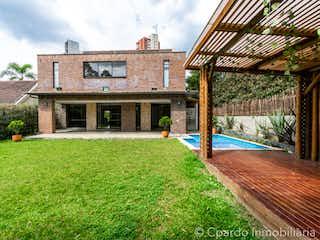 Una casa que tiene un banco en ella en CASA SECTOR EL TESORO EN EL POBLADO
