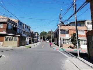 Una vista de una calle con un edificio en el fondo en Casa