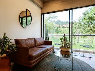 Una sala de estar llena de muebles y una gran ventana en Accanto