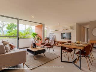 Una sala de estar llena de muebles y una gran ventana en Fantasía - Castillo Grande
