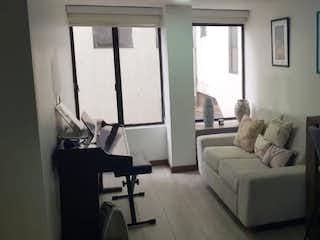 Una sala de estar llena de muebles y una ventana en Edificio