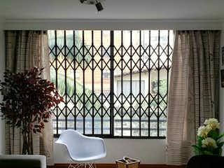 Una sala de estar llena de muebles y una gran ventana en Apartamento en en Conquistadores 75mt