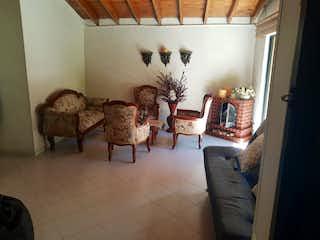 Una sala de estar llena de muchos muebles en Casa en venta en Barrio La América, de 137mtrs2