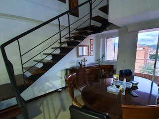 Una habitación llena de muebles y una ventana en Penthouse Duplex en Venta en Laureles