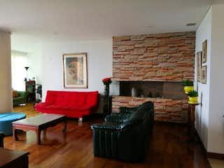 Una sala de estar llena de muebles y una chimenea en Edificio Renaissance