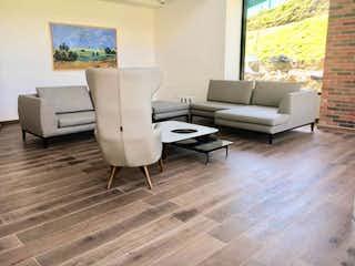 Una sala de estar llena de muebles y una televisión de pantalla plana en Apartamento en venta en Loma del Escobero, de 53mtrs2