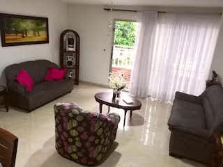 Una sala de estar llena de muebles y una gran ventana en Edificio Tatiana