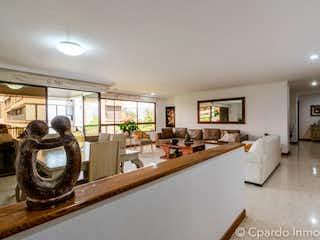Una cocina con un montón de sillas y un reloj en APARTAMENTO SECTOR SAN LUCAS