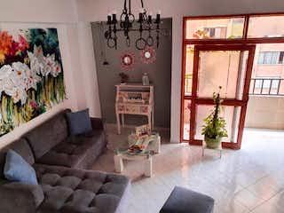 Una sala de estar llena de muebles y una gran ventana en Apartamento en venta en El Portal, 98mt con terraza