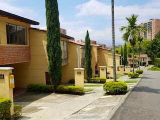 Una calle de la ciudad con un edificio y un árbol en Espectacular casa sector cumbres