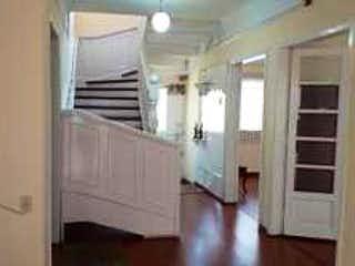 Un refrigerador congelador blanco sentado dentro de una cocina en Casa en venta en San Martín de 244m² con Jardín...