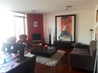 Una persona sentada en un sofá en una sala de estar en Apartamento en venta en Puente Largo de tres habitaciones