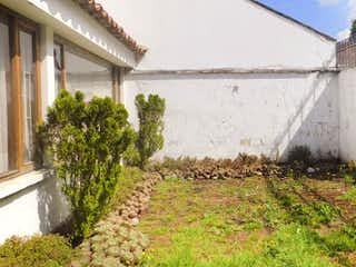 Una vista de una casa con un árbol en el fondo en Casa en Venta SANTA BARBARA
