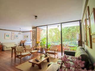 Una sala de estar llena de muebles y una ventana en Apartamento en Venta POBLADO